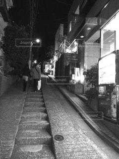 歩道を歩く人の写真・画像素材[813178]