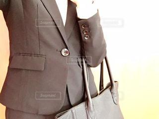 スーツとネクタイを身に着けている女の写真・画像素材[966249]