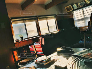 リビング ルームの家具と大きな窓いっぱい - No.1006623