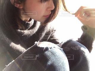 髪を触る女性の写真・画像素材[1015676]