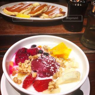 テーブルの上に食べ物のプレートの写真・画像素材[755946]