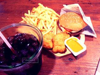 ハンバーガー,テーブル,皿,木製,グラス,コーラ,カッティングボード,木目,フライドポテト,ポテト,ファストフード,ナゲット,マスタード