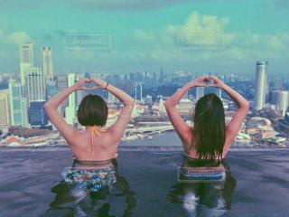 女性,自然,海外,プール,後ろ姿,水着,ハート,シンガポール,屋上,ホテル,二人,高級,海外旅行,マリーナベイサンズ,友情,友達