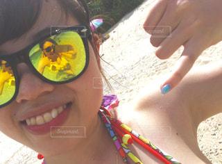 海,夏,ネイル,サングラス,砂浜,水着,沖縄,笑顔,アップ,ハワイ,女子旅,向かい合わせ,ミラーサングラス,ジェスチャー,アロハポーズ