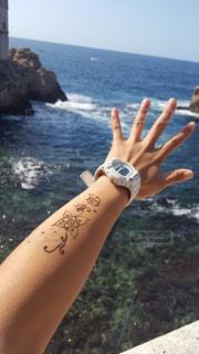 海,空,屋外,海外,晴れ,青,透明,手,水面,景色,美しい,人物,外国,旅行,旅,ヘナタトゥー,ひとり旅,アドリア海,ハンドサイン,ジェスチャー,Gshock