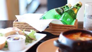 ペリエのある食卓。爽やかなペリエの泡とともに。の写真・画像素材[918203]
