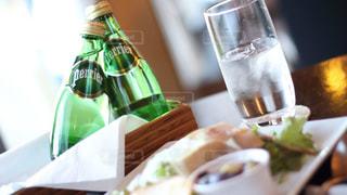 ペリエのある食卓。爽やかなペリエの泡とともに。の写真・画像素材[918208]