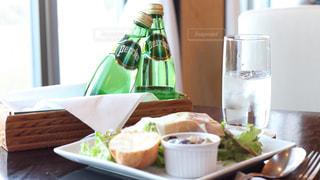 ペリエのある食卓。爽やかなペリエの泡とともに。の写真・画像素材[918211]
