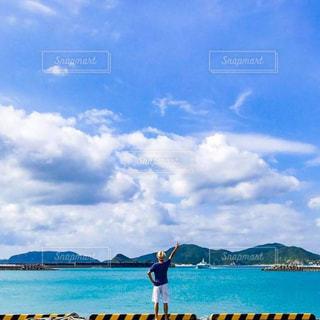 青い海と空 白い雲の写真・画像素材[1104869]