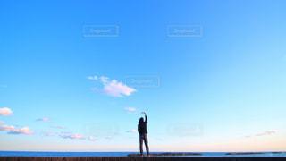 海へと向かい決意する男の写真・画像素材[1104948]