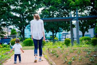歩道上に立って若い男の子の写真・画像素材[759308]