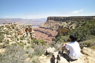 岩が多い丘の上に立っている人の写真・画像素材[807295]