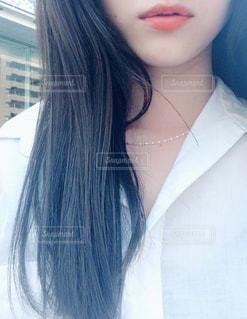 白いシャツを着ている女性の写真・画像素材[850452]