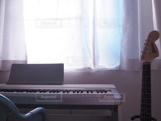 部屋,ギター,ピアノ,朝,休日,女の子の部屋