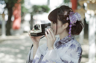 携帯電話で通話中の女性の写真・画像素材[1021341]