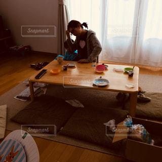 朝食,カーテン,子供,パン,テーブル,皿,朝ごはん,休日,母,パジャマ,ママ,絨毯,座布団,お母さん,お出かけ,朝ご飯,悩む