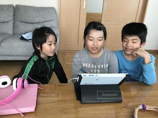 ラップトップを持つテーブルに座っている人々のグループの写真・画像素材[3029002]