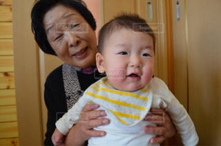 赤ん坊を持っている人の写真・画像素材[759040]