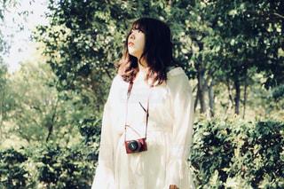 森の横に立っている人の写真・画像素材[1169846]
