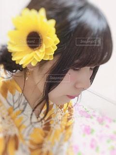 黄色の花の人の写真・画像素材[1646480]