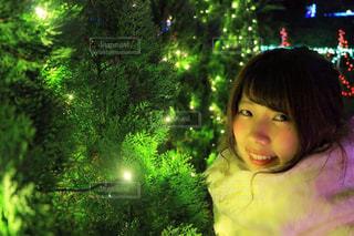 カメラを見て若い女の子の写真・画像素材[1685010]