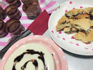 テーブルの上のチョコレート ケーキのプレートの写真・画像素材[1782556]