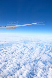 空を飛んでいる飛行機の写真・画像素材[1866649]