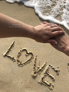 海,LOVE,文字,カップル,ビーチ,砂浜,手,ハート,浜辺,夫婦,婚約指輪,手書き,プロポーズ