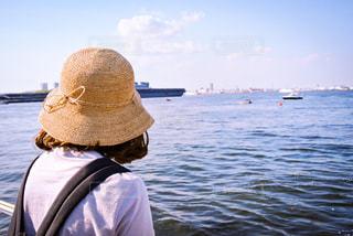 海,空,屋外,後ろ姿,散歩,麦わら帽子,港,友達