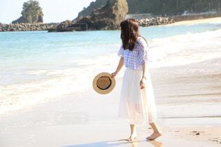 ビーチの前でフリスビーを持っている男の写真・画像素材[2329846]