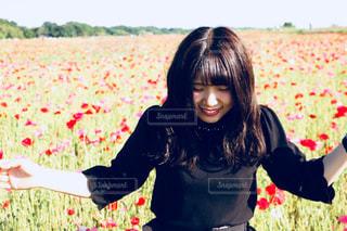 草の上に立っている小さな女の子の写真・画像素材[2365971]