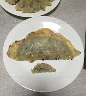 テーブルの上に食べ物のプレートの写真・画像素材[772861]