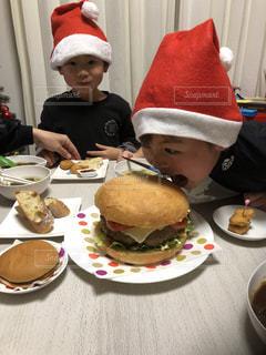 食べ物,屋内,ハンバーガー,テーブル,皿,人物,人,クリスマス,肉,男の子,BIG