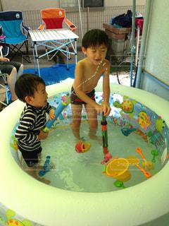 兄弟で水遊びの写真・画像素材[1119665]