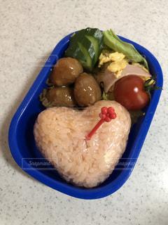 お弁当,おにぎり,ハート,おかず,レタス,卵,ご飯,プチトマト,ミートボール,色付きご飯