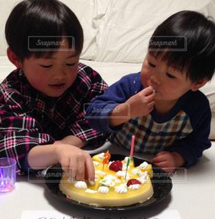 手作りケーキを手づかみ - No.1163322