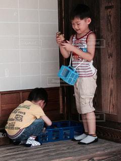 古民家で遊ぶ兄弟 - No.1163323
