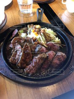 食べ物,屋内,皿,肉,美味しい,ステーキ,大盛り,焼きたて,食欲の秋