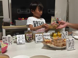 家族,食べ物,食事,屋内,屋台,テーブル,皿,人物,人,お祭り,夏休み,少年,私とご飯