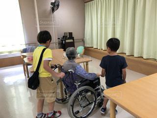 屋内,椅子,テーブル,床,人物,人,おばあちゃん,デスク,孫,車椅子,ひ孫,敬老の日
