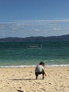自然,風景,海,空,屋外,砂,ビーチ,後ろ姿,砂浜,水面,海岸,子供,人物,少年,石探し
