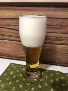 ふわふわ泡に仕上げたビールの写真・画像素材[2280310]