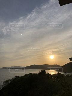 雲と夕日と海の写真・画像素材[2423834]