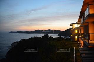 夕日と旅館のオレンジの写真・画像素材[3396322]