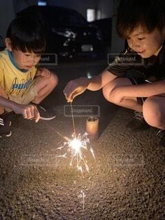 お庭で仲良く手持ち花火の写真・画像素材[3697627]