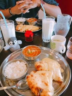 食品のプレートをテーブルに座って人の写真・画像素材[760126]