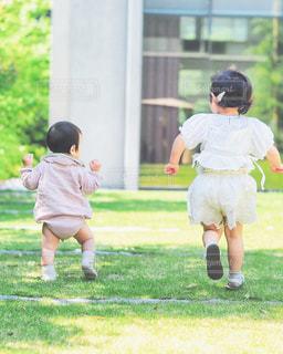 風景,芝生,後ろ姿,子供,女の子,草,人物,背中,人,後姿,幼児,男の子,兄弟,姉妹,息子,娘