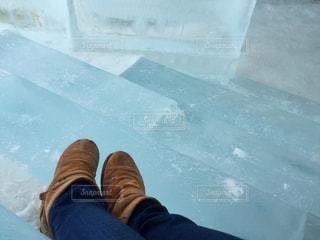 氷の階段に腰掛ける女性の写真・画像素材[986531]