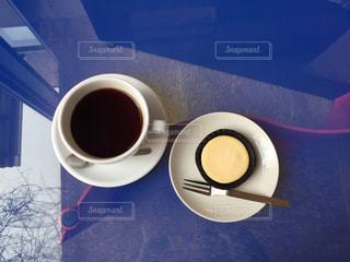 テーブルの上のコーヒー カップの写真・画像素材[1077589]