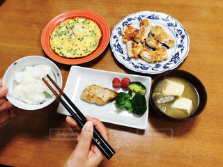 テーブルの上に食べ物のプレートの写真・画像素材[784039]